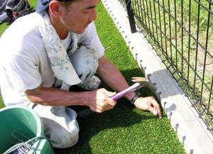 人工芝の固定